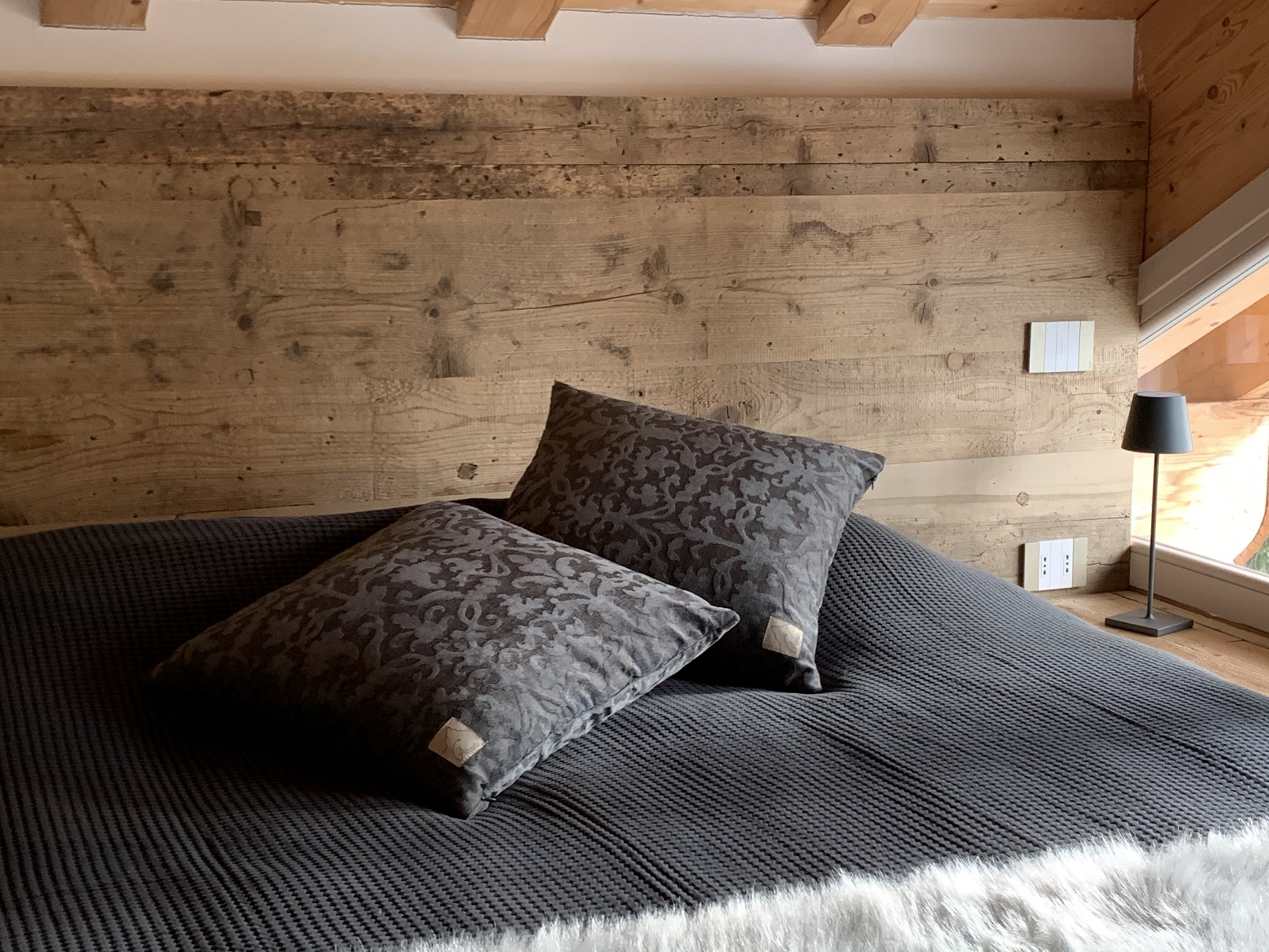 cuscino antracite damascato su letto di montagna