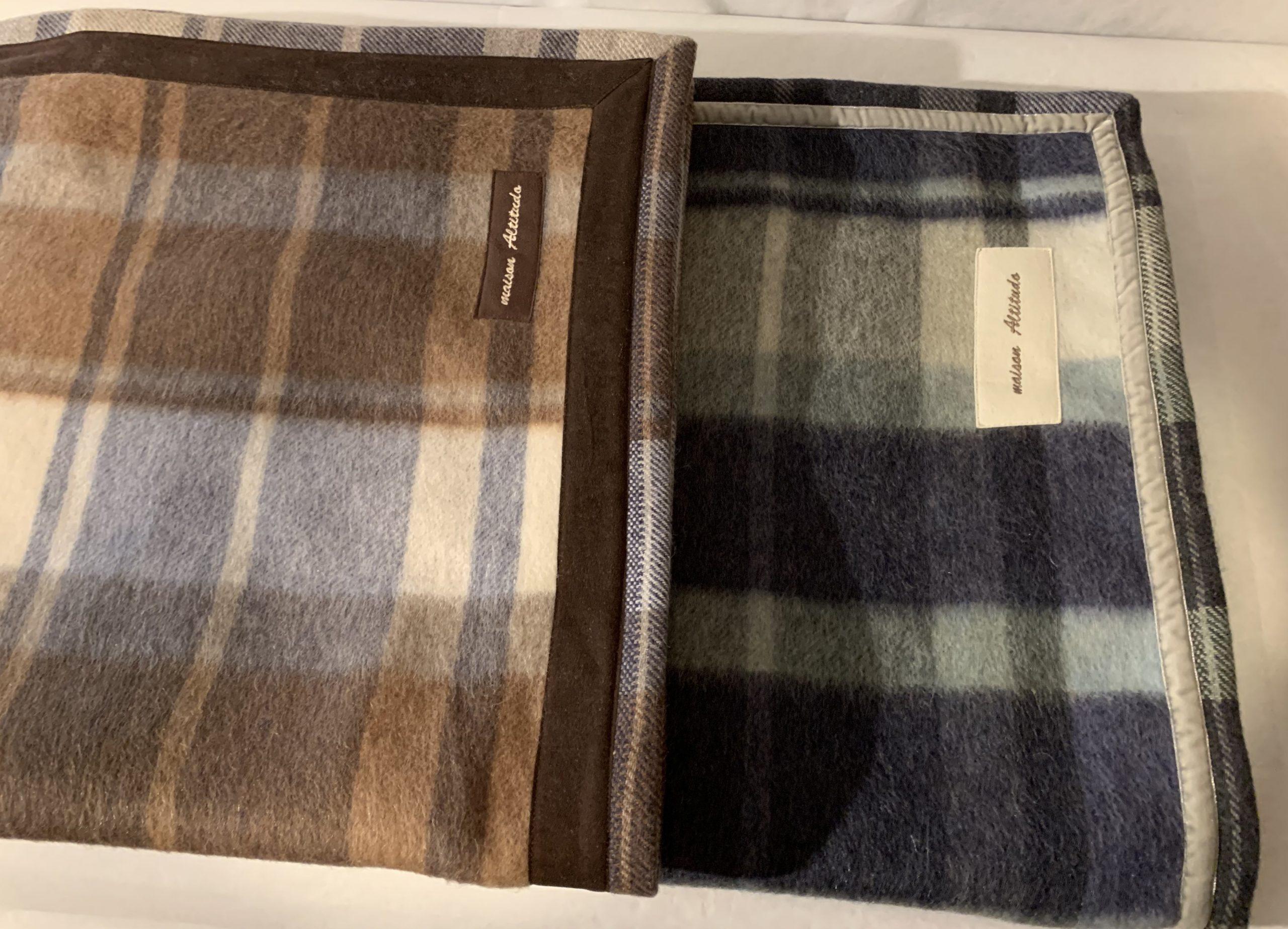 soffici coperte di lana a quadri, toni cammello e grigio, blu e verde