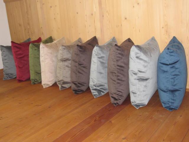 morbidi cuscini di velluto liscio in molti colori