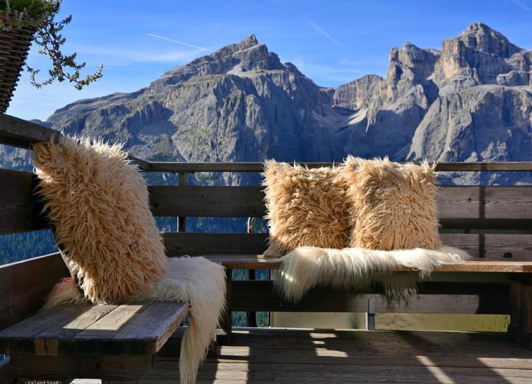 cuscini di montone ecologico su terrazzo di un rifugio di montagna e pelle di montone bianco