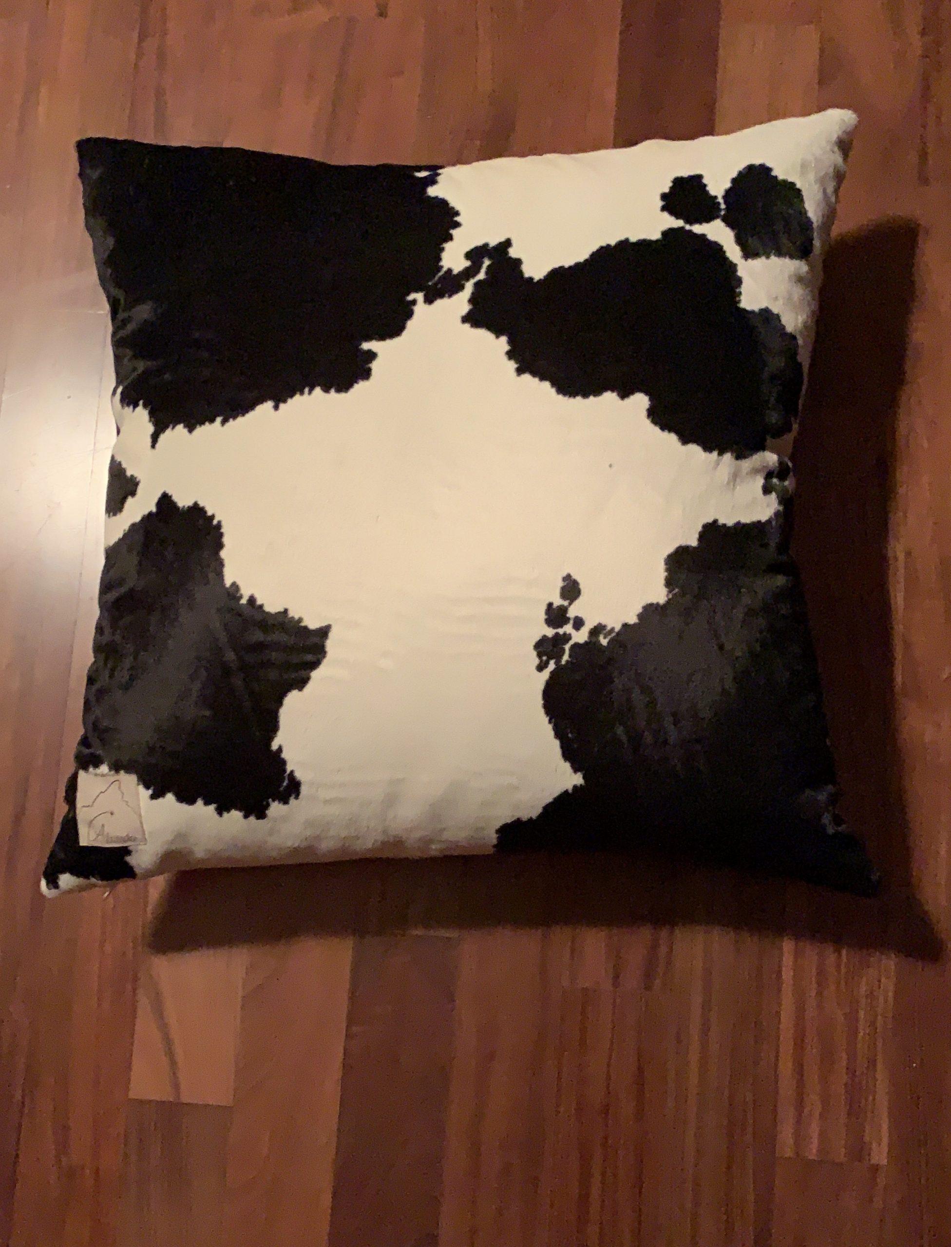cuscino di eco-pelliccia vacchetta bianco nero, completo di imbottitura