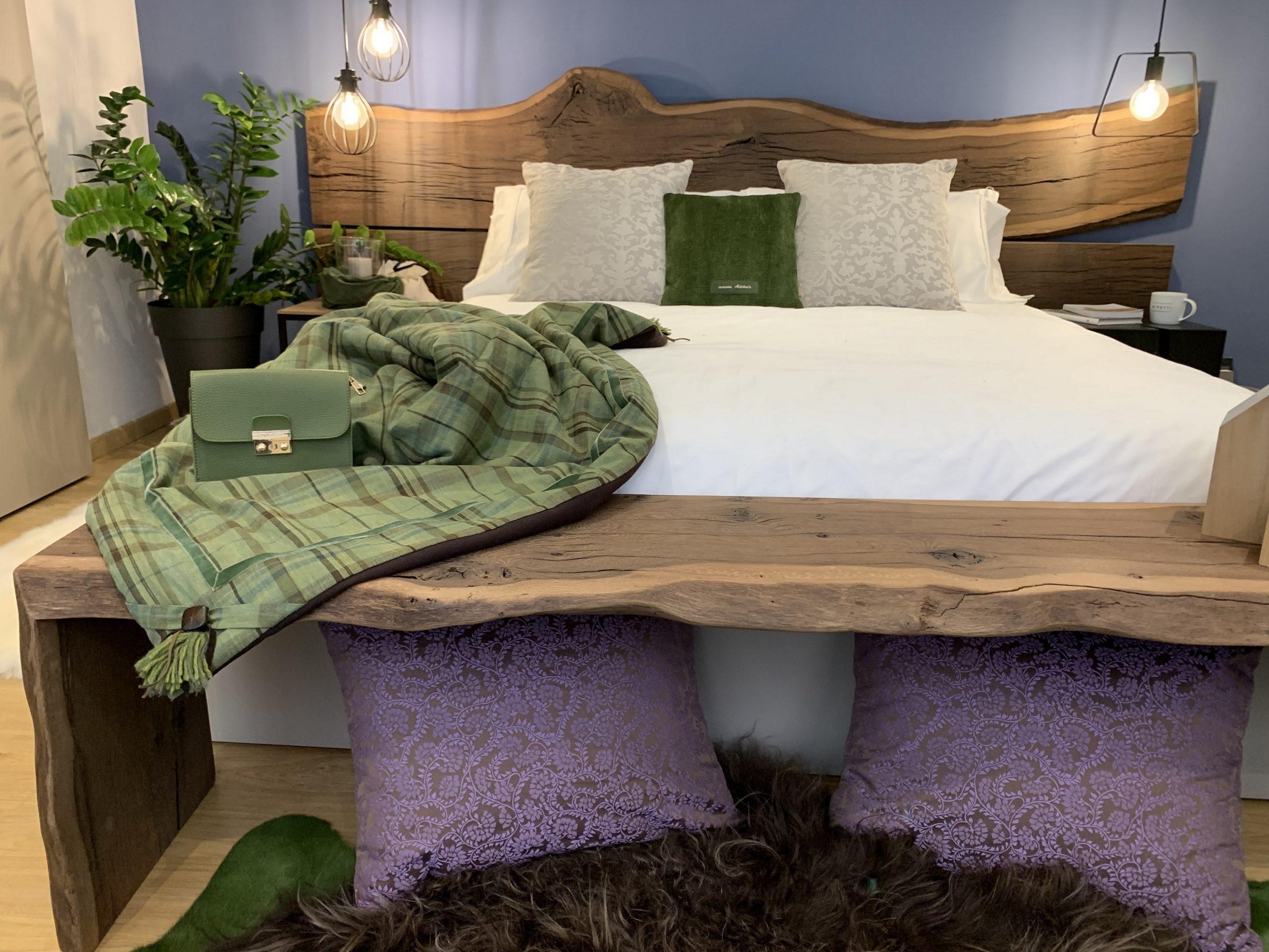 letto in rovere termocotto, runner imbottito quadro verde e marrone, morbidi cuscini damascati grigio perla e di velluto verde