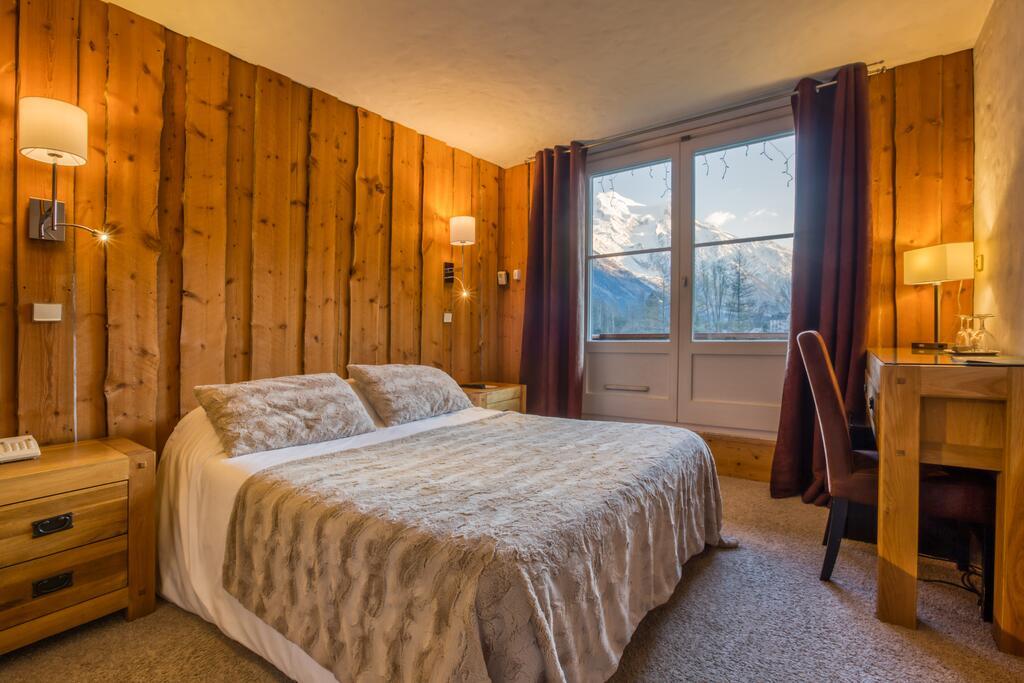 coperta e cuscini di morbida ecopelliccia champagne in albergo di montagna