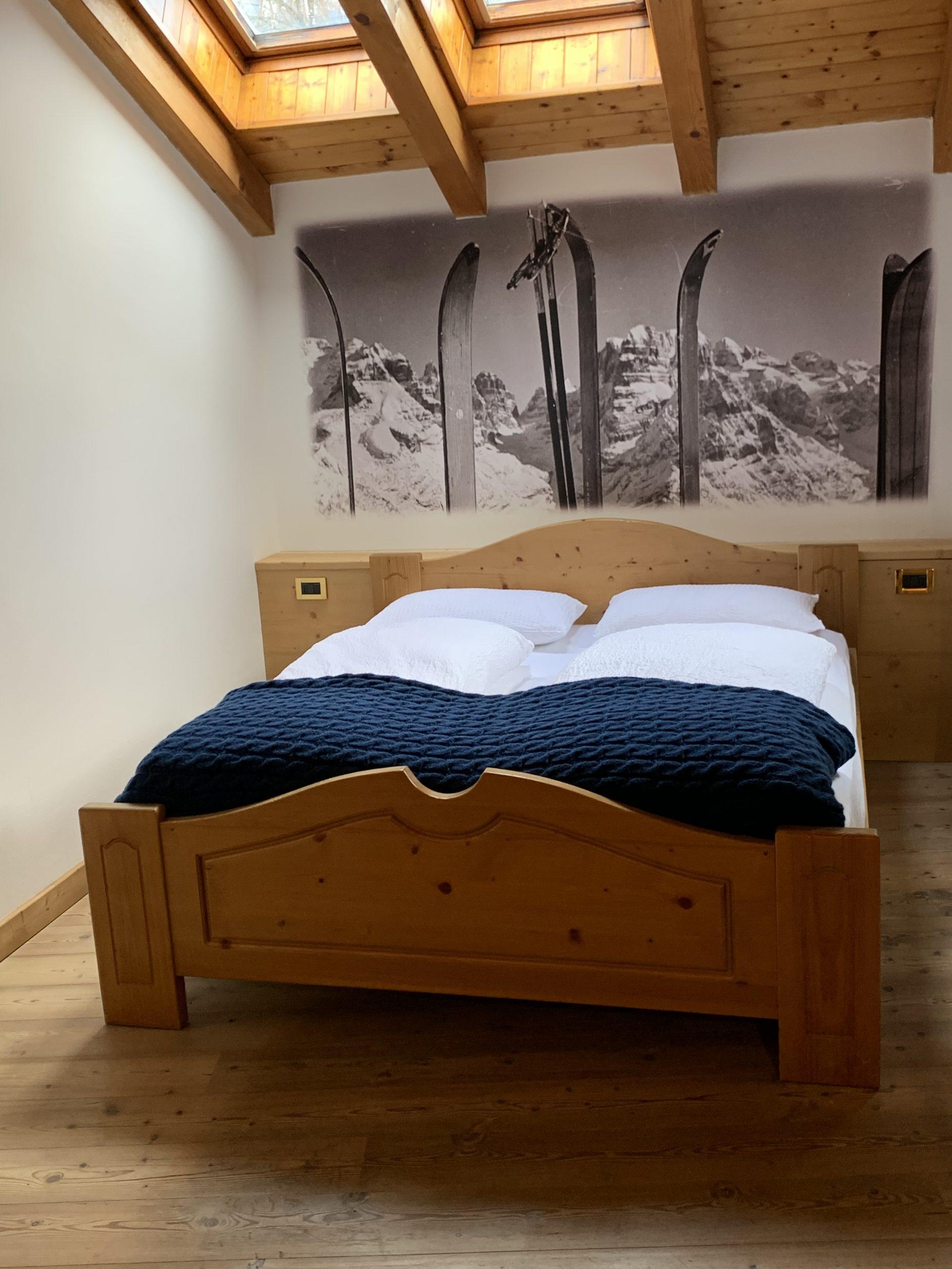suite di hotel in stile vintage, coperta in lana a trecce cobalto